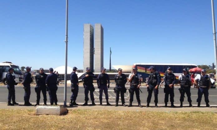 Полицията беше отцепила двете камари на парламента през целия ден на гласуването в очакване на доста забавилите се протестиращи. Снимка: grupobomdia.com.br