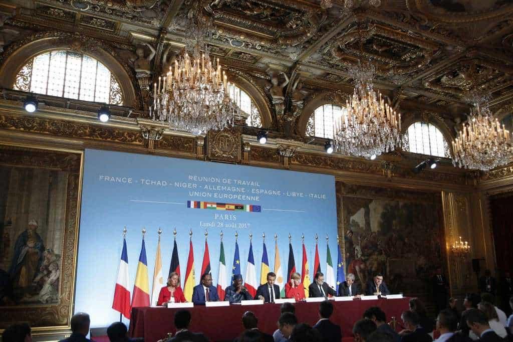 """По време на пресконференцията на парижката """"мини-среща на върха ЕС-Африка"""". Отляво надясно: Федерика Могерини, Махамаду Исуфу, Идрис Деби, Еманюел Макрон, Ангела Меркел, Мариано Рахой, Паоло Джентилоне, Фаиз Сарадж. Снимка: sfchronicle"""