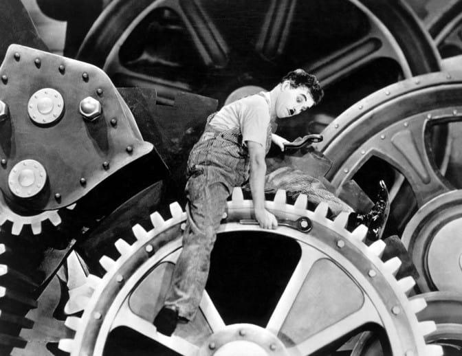 """Зъбчатите колела на капитализма продължават и днес да мачкат работника, също като героя на Чарли Чаплин в кинокласиката """"Модерни времена"""""""