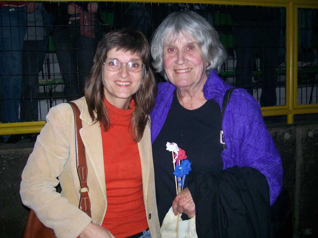 """Джоан Хара и авторката през 2008 г. по време на концерт в стадион """"Виктор Хара"""" (бивш """"Чили"""") в Сантяго в чест на 76-ия рожден ден на убития там певец. Снимка: Мирослава Петрова"""