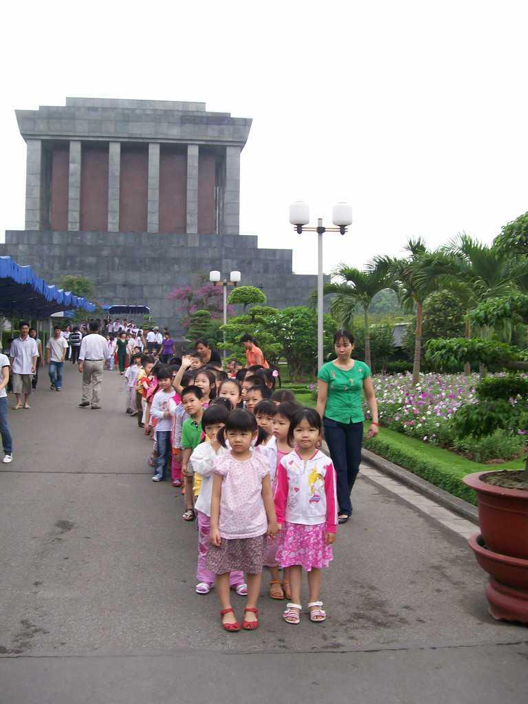 Деца излизат от посещение в мавзолея на Хо Ши Мин. Снимка: Къдринка Къдринова