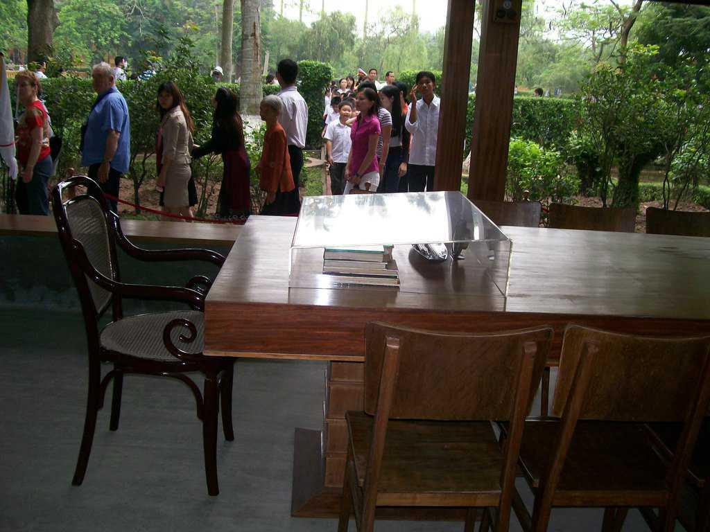 Заседателната маса в пространството под къщата. Снимка: Къдринка Къдринова