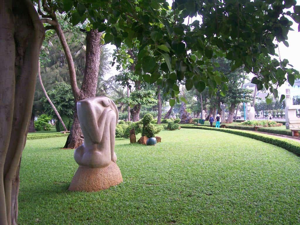 Украсените със скулптури паркови зони на Вунг Тау сами по себе и са като произведения на изкуството. Снимка: Къдринка Къдринова