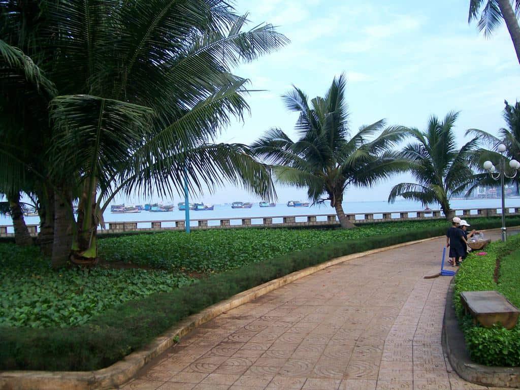 Зелените площи и алеите на Вунг Тау са поддържани много чисти. Снимка: Къдринка Къдринова