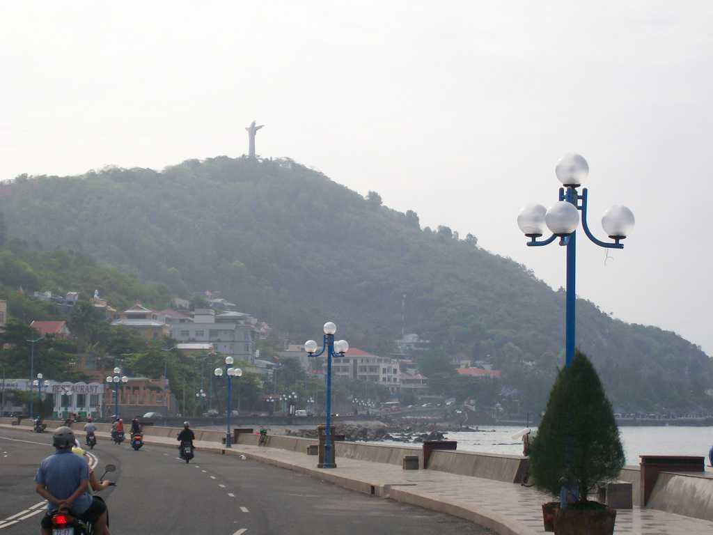 Вунг Тау също си има своя статуя на Христос на хълм–съвсем като Рио де Жанейро. Снимка: Къдринка Къдринова