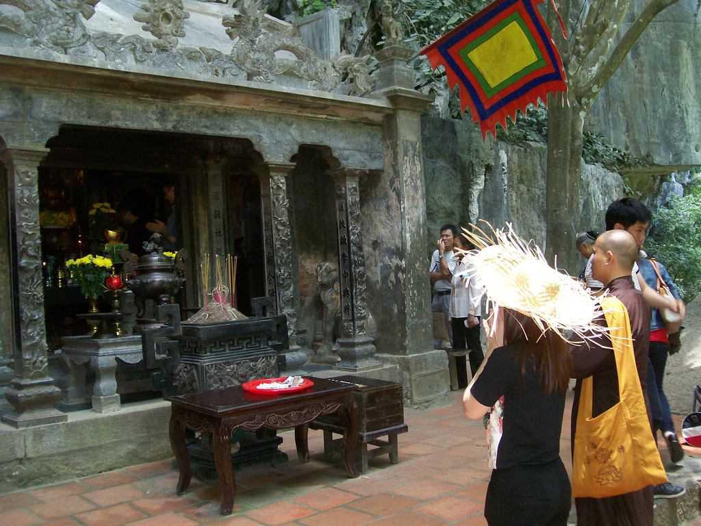 Будистки храм, изсечен в скала на един от островите, подсилва магическите усещания в Чан Ан. Снимка: Къдринка Къдринова