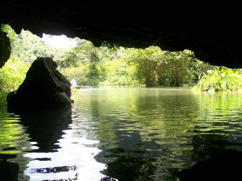 Разходките с лодки из Чан Ан непременно минават поне из няколко красиви пещери под островите. Снимка: Къдринка Къдринова