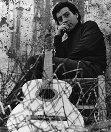"""Хунтата се опита да задуши китарата на Виктор с бодлива тел, но така и не успя. Снимка: Фондация """"Виктор Хара"""""""