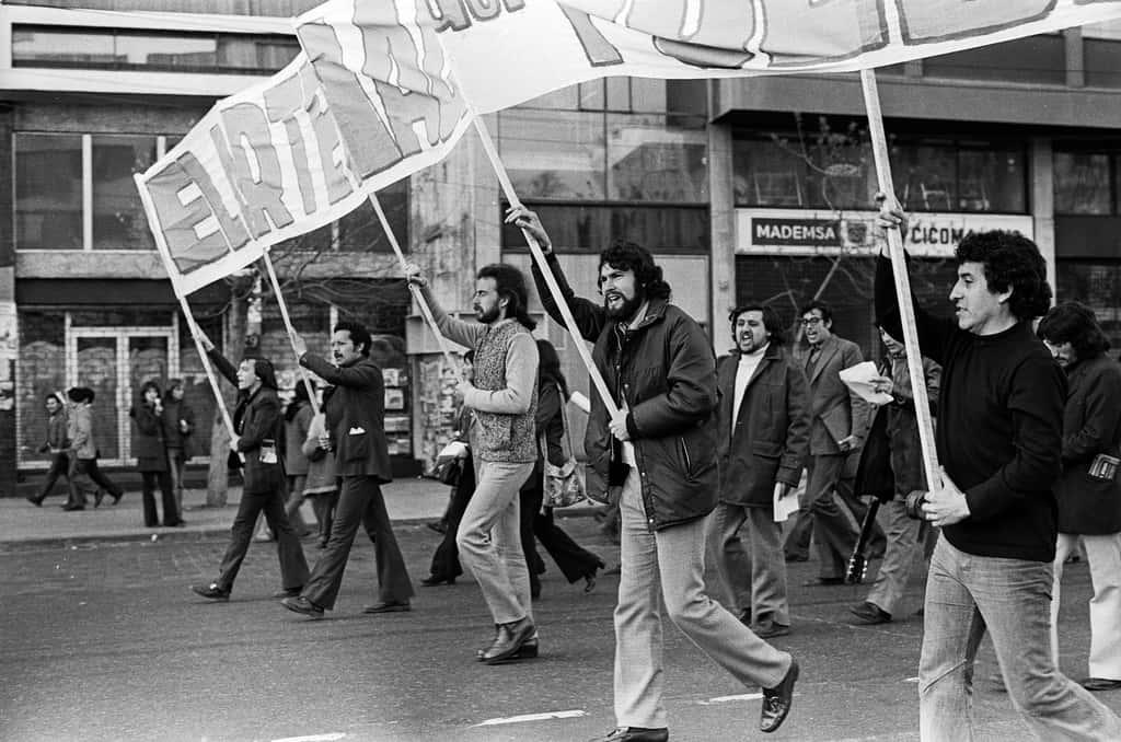 """Виктор (крайният вдясно) носи плакат на едно от последните шествия на Народното единство преди военния преврат на 11 септември 1973 г. Снимка: Фондация """"Виктор Хара"""""""