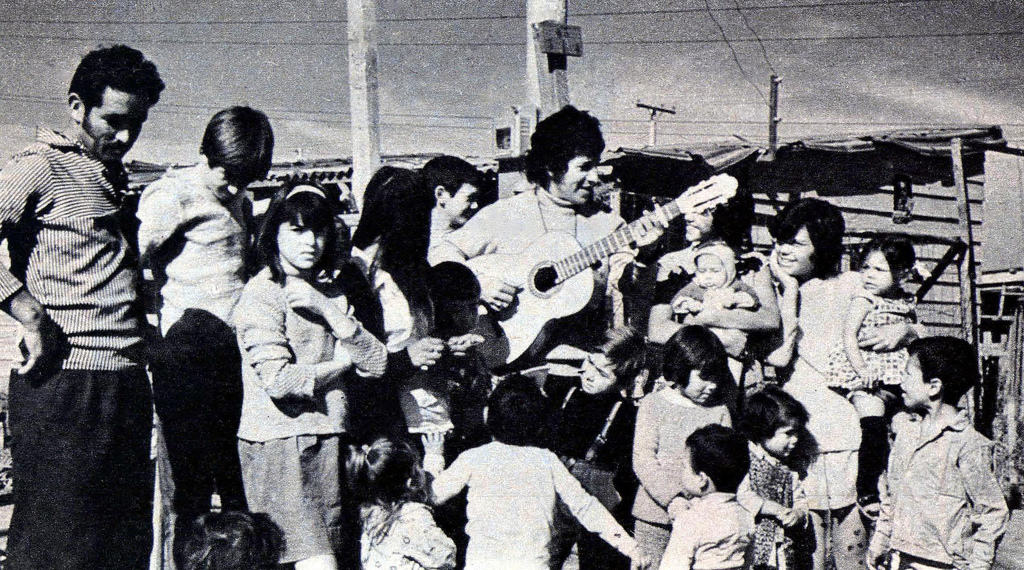 """Певецът на народа често пее в бедните работнически квартали. Снимка: Фондация """"Виктор Хара"""""""