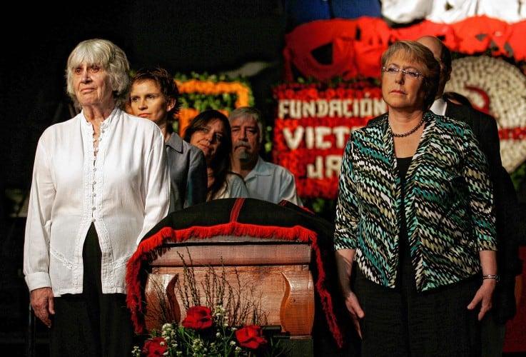 """Джоан Хара и чилийската президентка Мишел Бачелет край ковчега на Виктор Хара по време на поклонението при препогребването му през 2009 г. Снимка: Фондация """"Виктор Хара"""""""