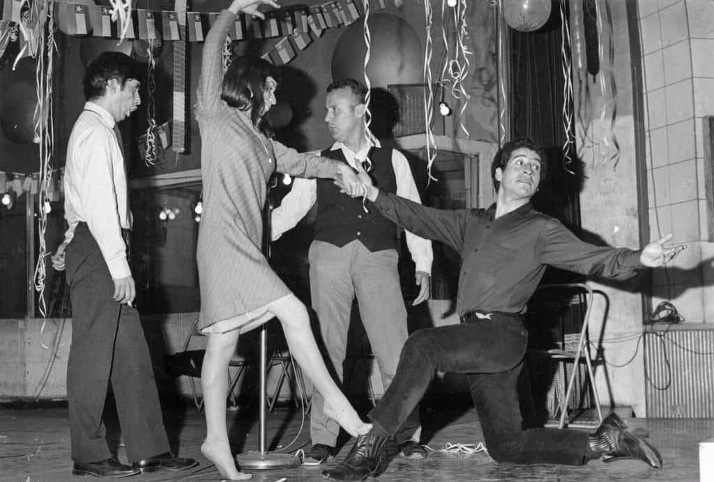 """Виктор танцува в """"Пеня де лос Пара"""" с Исабел Пара, дъщерята на Виолета. Зад Исабел (крайният вляво) е брат ѝ Анхел. Снимка: Фондация """"Виолета Пара"""""""