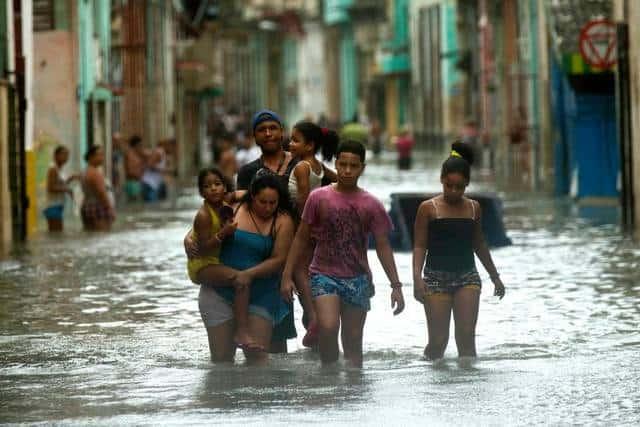 Някои улици в Хавана се оказаха залети с вода. Снимка: Cubadebate