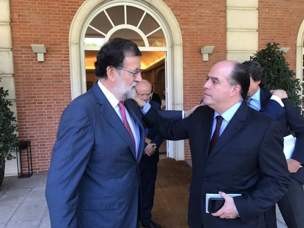 """Мариано Рахой и Хулио Борхес се тупат един друг по раменете пред правителствения дворец """"Монклоа"""" в Мадрид. Снимка. Туитър"""