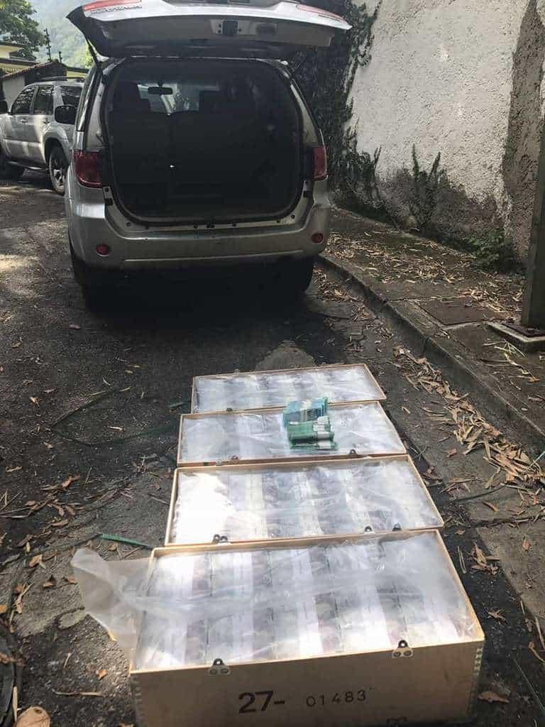 Четирите дървени сандъка с 205 милиона боливара, намерени в колата, карана от ЛилианТинтори. Снимка: Resumen Latinoamericano