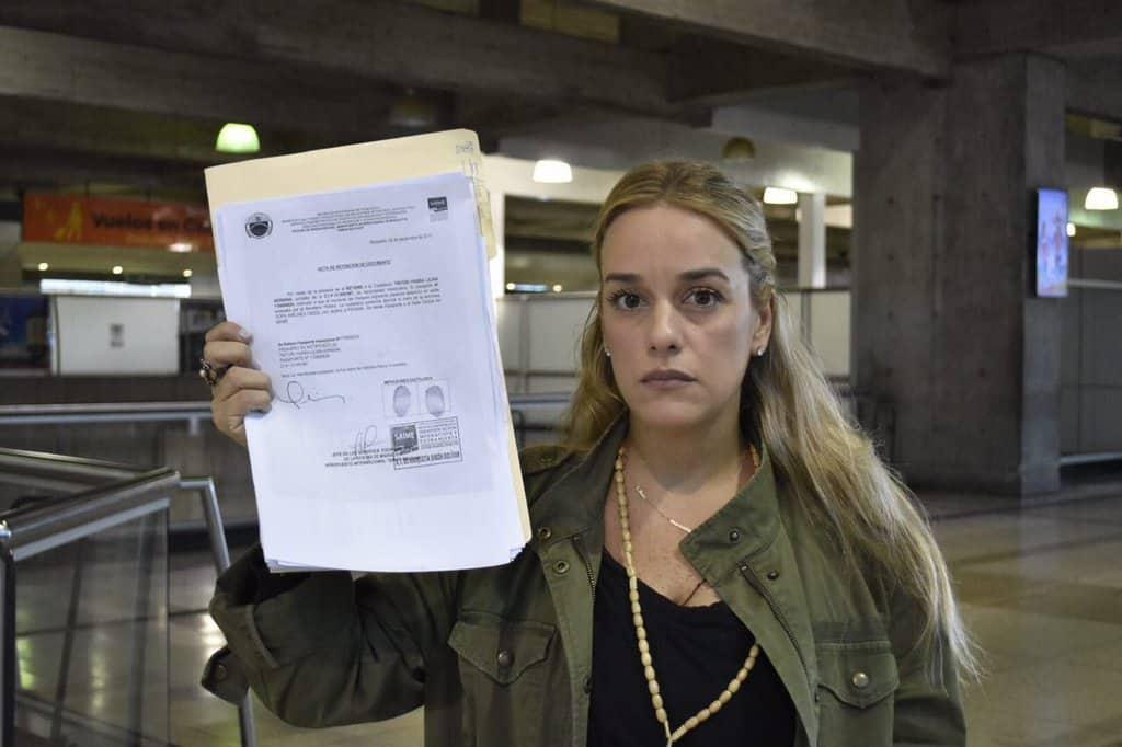 Лилиан Тинтори демонстрира с изразителен поглуд протокола за отнемането на паспорта ѝ на летището в Каракас. Снимка: Туитър