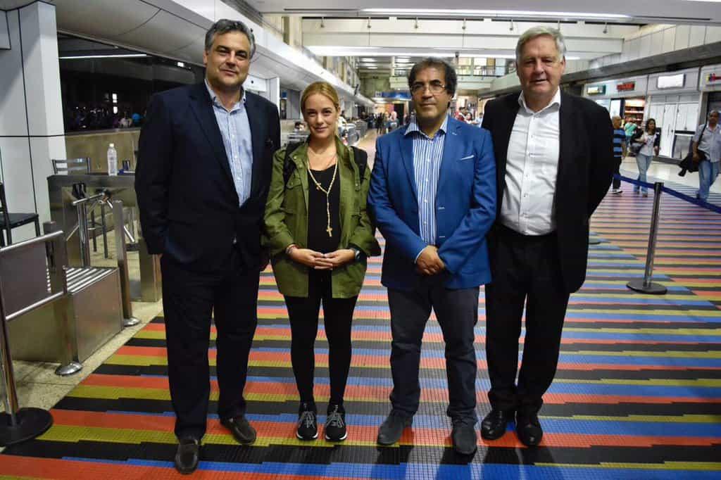 Лилиан Тинтори на летището в Каракас преди опита си да отлети в Панама. С нея са посланиците на Италия, Испания и Германия. Снимка: Туитър