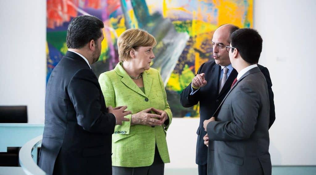 Ангела Меркел слуша Хулио Борхес и Фреди Гевара в Берлин. Снимка: Туитър