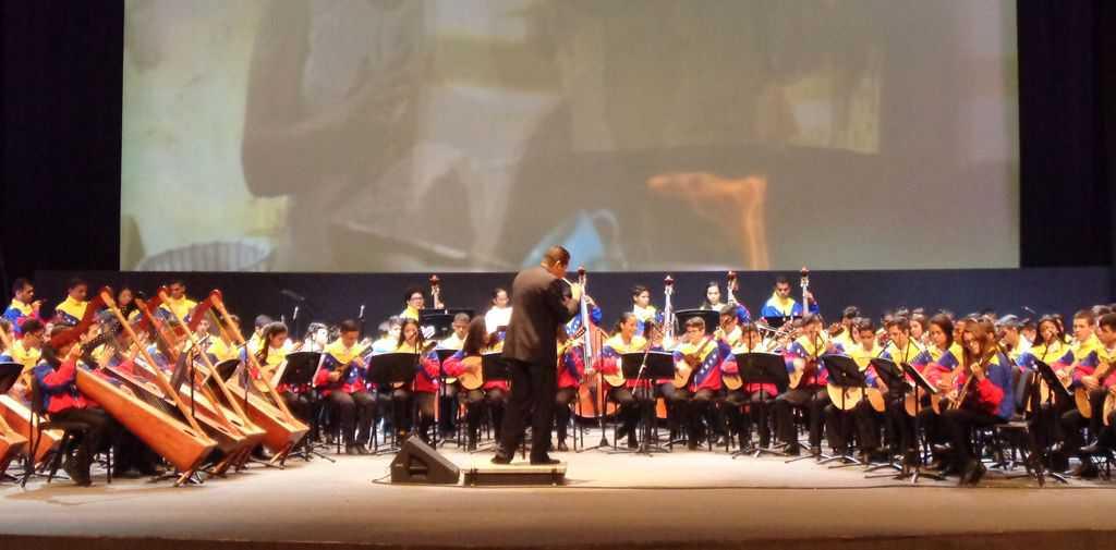 """Изпълнението на младежкия оркестър на откриването на форума в театър """"Тереса Кареньо"""". Снимка: Къдринка Къдринова"""