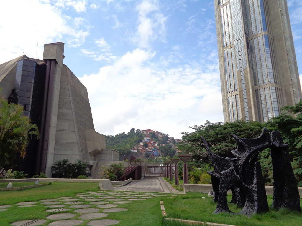 """Театър """"Тереса Кареньо"""" (вляво се вижда само малка част от него) е разположен в центъра на Каракас, където могат да се видят и модерни сгръди (вдясно) и хълмове с бедни квартали (в центъра). Въпреки кризата, правителството не спира да строи и да раздава на бедните семейства жилища в нови блокове. Вече са изградени 1,7 милиона такива жилища. Снимка: Къдринка Къдринова"""