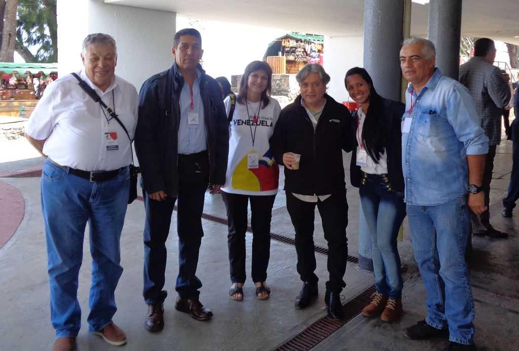 Българските делегати Виктор Простов (крайният вляво) и Къдринка Къдринова (третата отляво) заедно с левият кандидат-президент от Чили Алехандро Наваро (третият отдясно) и представители на Венесуела и Чили.