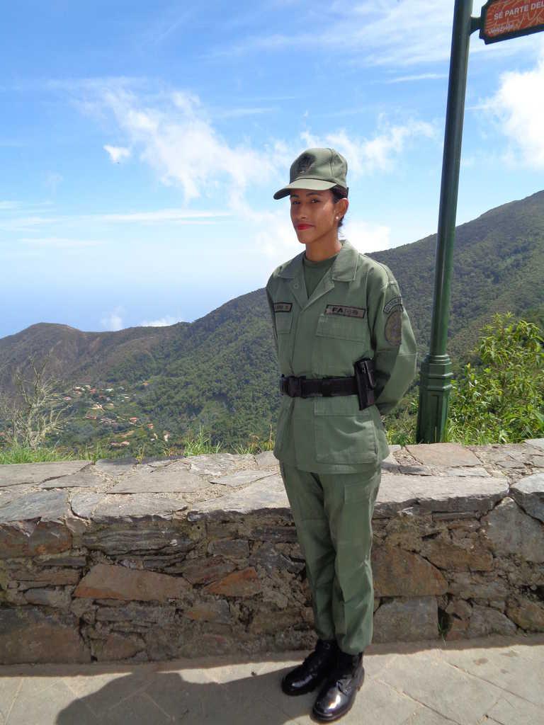 Красиви венесуелки във военни униформи бдят за реда на връх Уарайра Репано. Снимка: Къдринка Къдринова