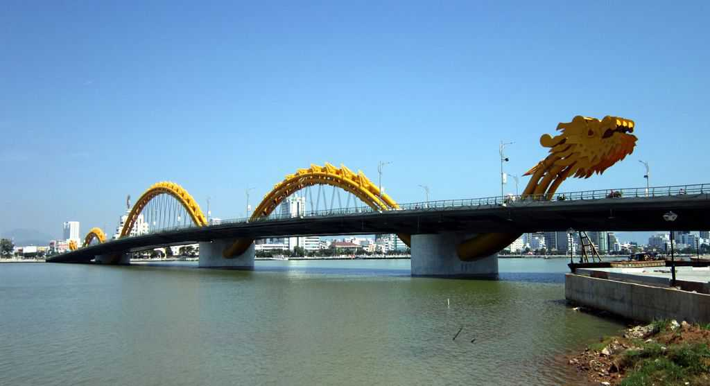 Да Нанг се слави и с моста си във вид на дракон.