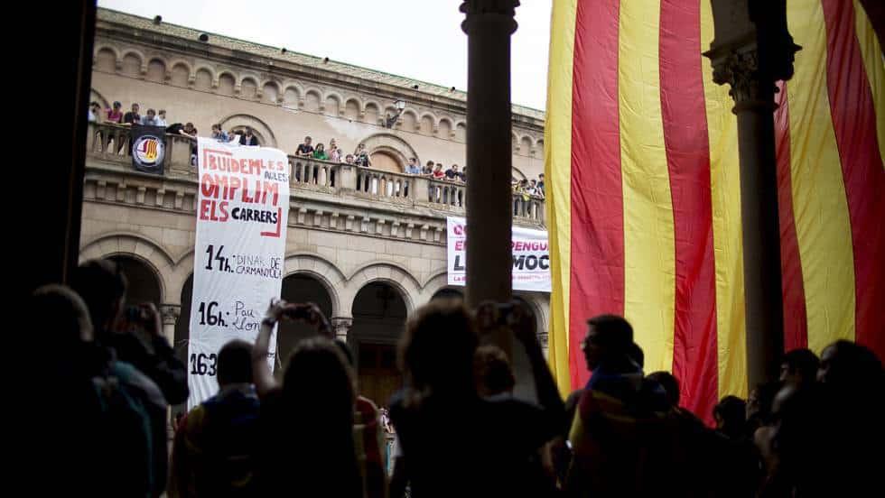 Студенти окупираха Университета на Барселона в знак на протест срещу действията на Мадрид. Снимка: EFE