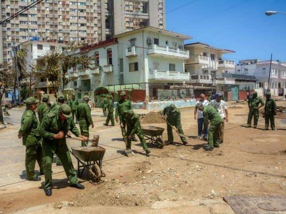 Армията разчиства улиците в хаванския квартал Ведадо. Снимка: Cubadebate