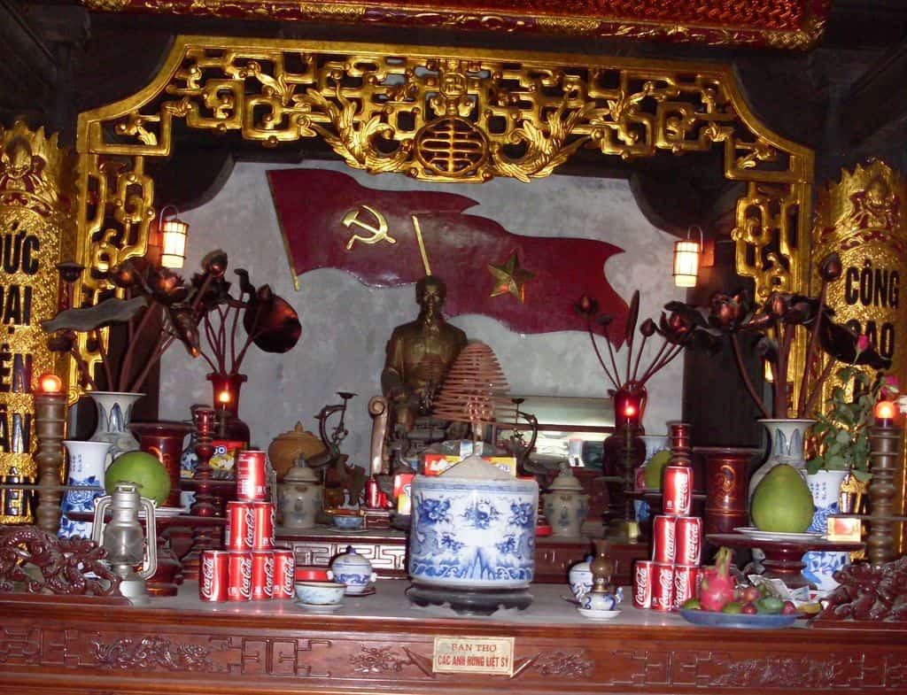 """Един от многобройните олтари в памет на Хо Ши Мин в Ханой. Да, подредени са дори кутийки с """"Кока-Кола""""... Снимка: Къдринка Къдринова"""