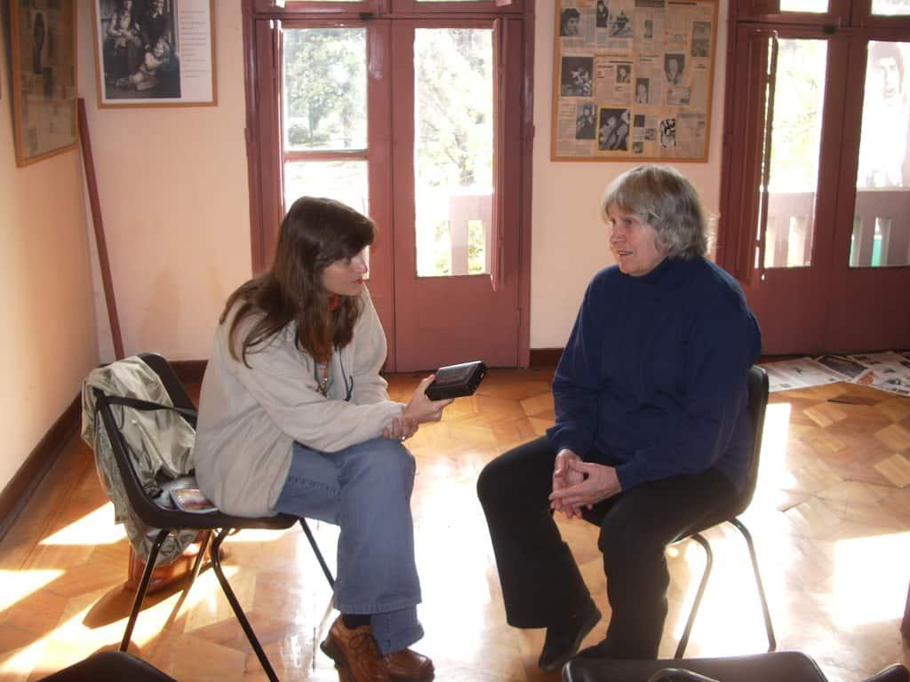 Авторката интервюира Джоан Хара през 2005 г. Снимка: Педро Леон