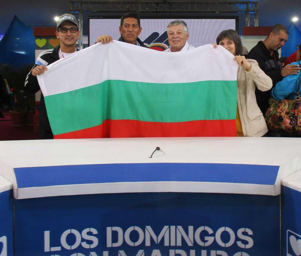 Венесуелски делегати от делтата на Ориноко и българските представители развяха знамето на България от президентските места след края на срещата. Снимка: Къдринка Къдринова