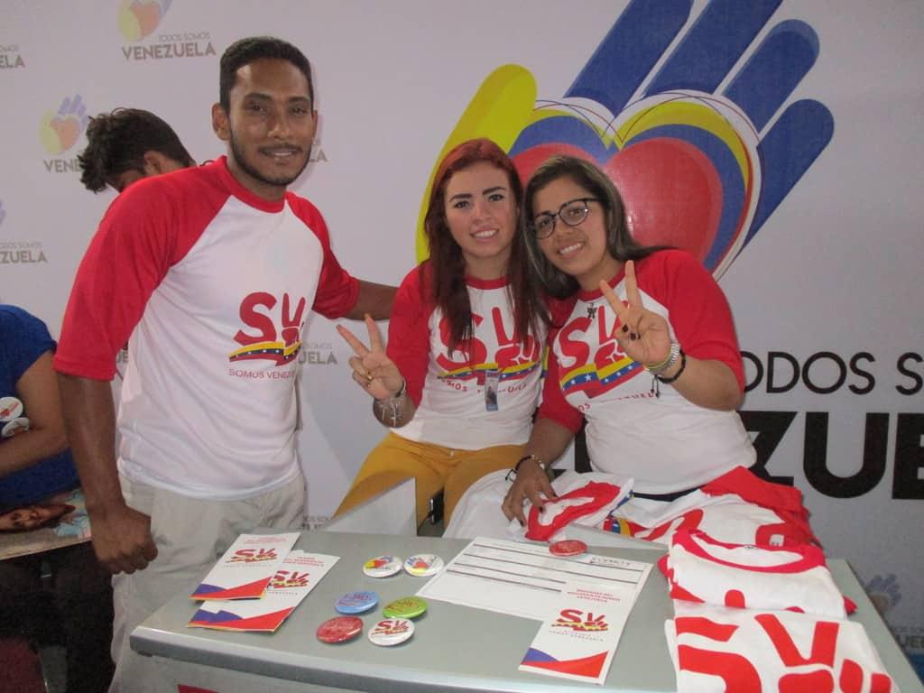 """В театъра """"Тереса Кареньо"""" има и щандове, на които венесуелски младежи представят различните социални програми на правителството, насочени именно към младежта–за образование, спорт, културно развитие, усвояване на занаяти и т.н. Снимка: Къдринка Къдринова"""