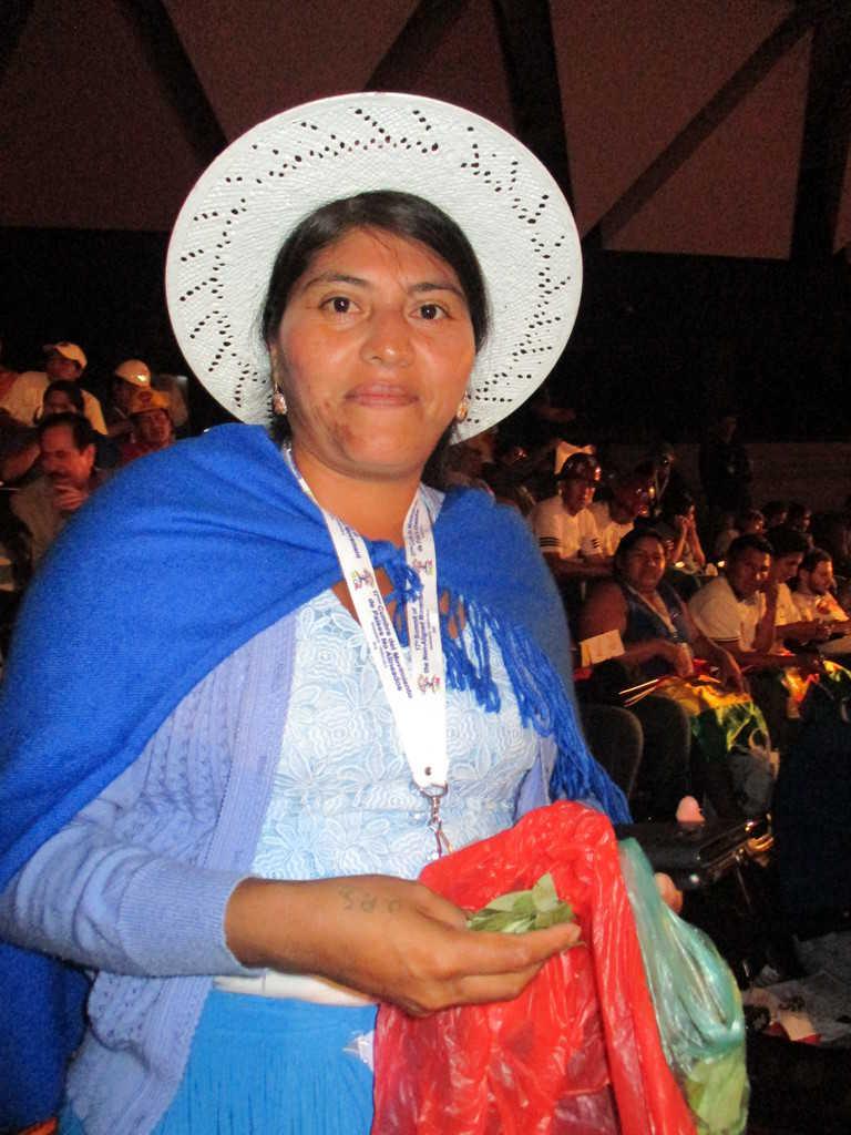 """Боливийска делегатка предлага да участници в срещата да опитат листа от кока–традиционното растение от Андите, което помага да се преодолява височинната болест и стимулра съпротивителните сили на организма. Официалната политика на Боливия е да се противопоставя на набеждаването на коката за """"наркотик"""", тъй като тя няма вредните въздействия на произвеждания от нея кокаин. Снимка: Къдринка Къдринова"""