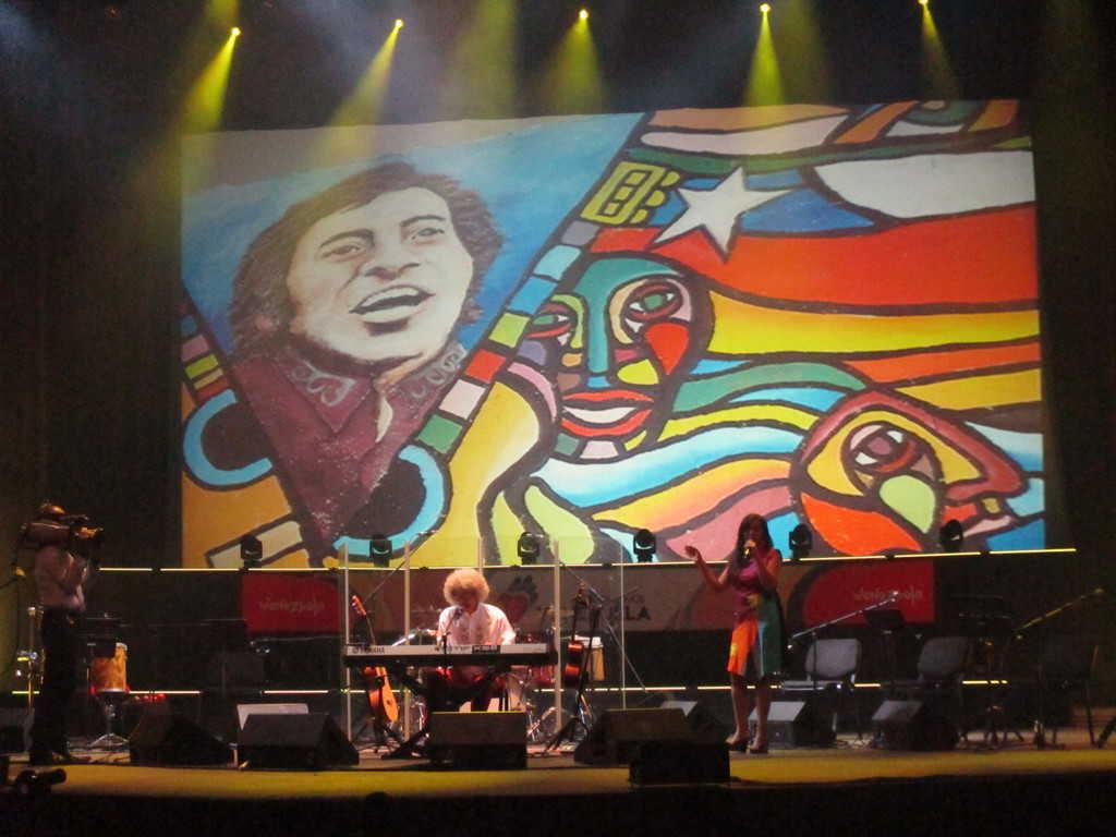 """Венесуелският певец Леонел Руис изпълнява песен по подборки от текстове на Виктор Хара на концерта по закриването на форума """"Всички сме Венесуела"""" в Каракас миналата седмица. Снимка: Къдринка Къдринова"""