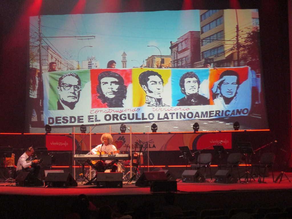 Още едно изпълнение на Леонел Руис, съпроводено на екрана от плакат с ликовете на легендарни латиноамерикански герои, сред които е и Виктор Хара. Снимка: Къдринка Къдринова