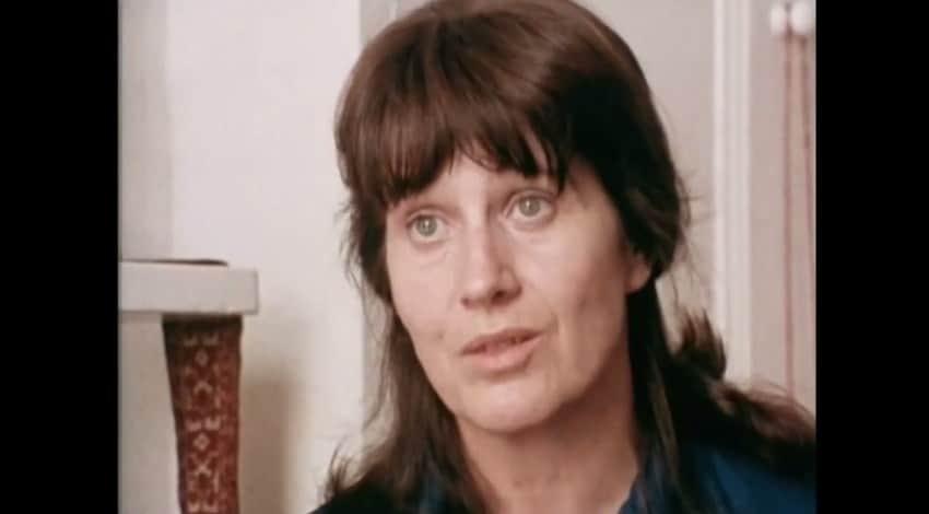 """Ето така изглеждаше Джоан, когато дойде в България през 1975 г. Тук е в кадър от филма на Стенли Форман """"Компаниеро Виктор Хара от Чили"""". Снимка: YouTube"""