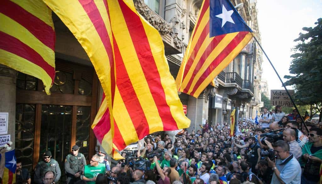 Човешко множество протестира в Барселона против нахлуването на испанската Гражданска гвардия в местното министерство на икономиката. Снимка: EFE
