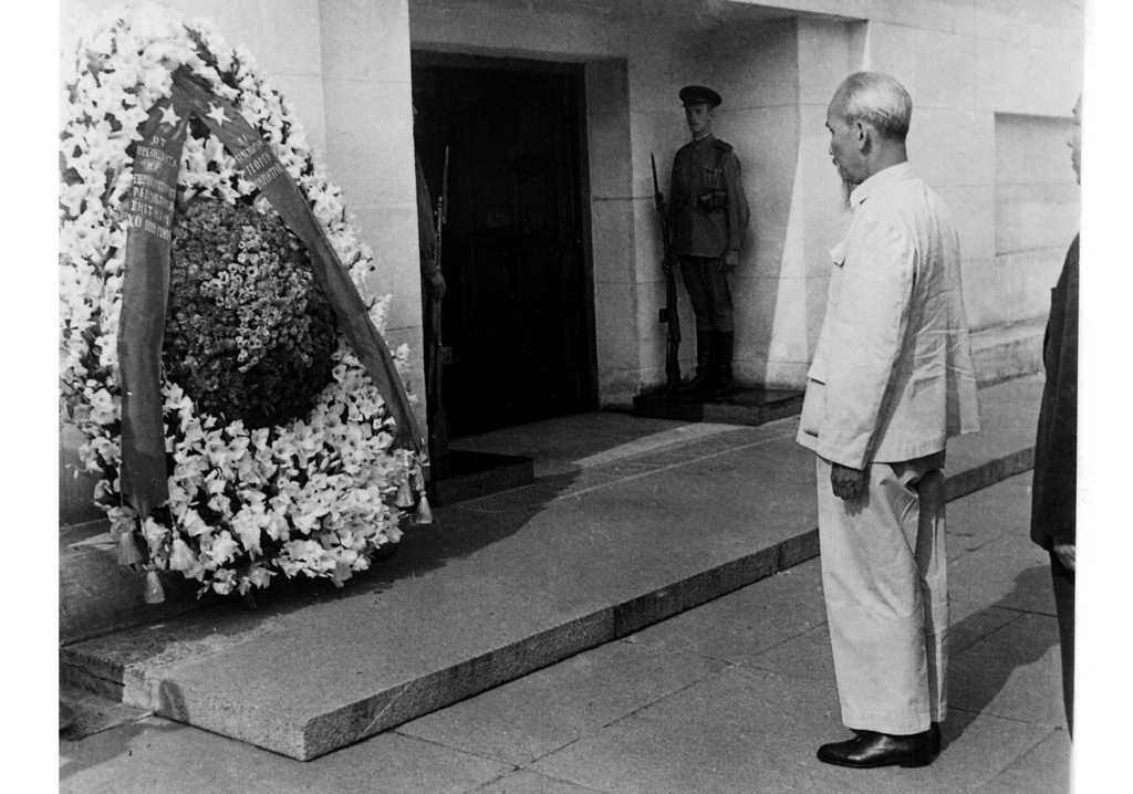 Хо Ши Мин поднася венец пред мавзолея на Георги Димитров в София, август 1957 г. Снимка: Личен архив