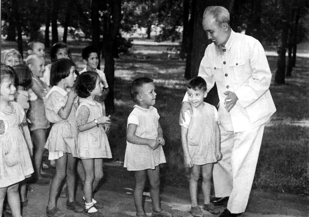 Хо Ши Мин през 1957-ма с възпитаниците на софийска детска градина, която по-късно години наред ще носи неговото име. Снимка: Личен архив