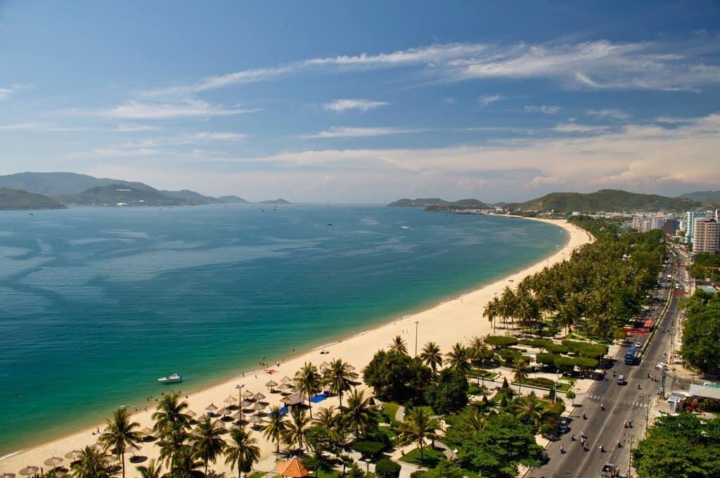 Седемкилометрова плажна ивица опасва курорта Ня Чан.