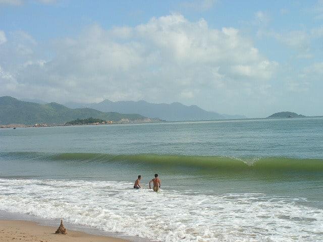 Дори и при високи вълни морето край Ня Чан е приказно чисто. Снимка: Къдринка Къдринова