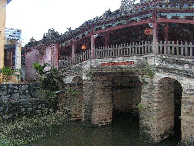 За покрития мост в Хой Ан казват, че е седлото на дракона, чиято глава е в Индия, а опашката му–в Япония. Снимка: Къдринка Къдринова