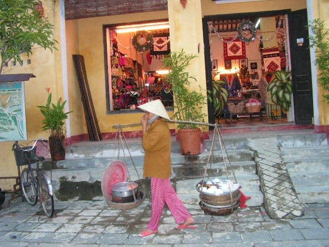 Из магазинчетата на Хой Ан се предлагат безброй произведения на народните занаяти. Снимка: Къдринка Къдринова