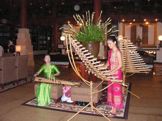 Гостите на хотела още при пристигането си са посрещани край рецепцията от изпълнения на характерни за района музикални инструменти. Снимка: Къдринка Къдринова