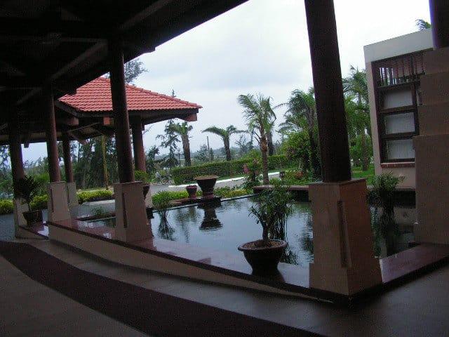 Този хотелски комплекс край Хой Ан е хармонично вписан в природата и възпроизвежда характерни виетнамски традиции. Снимка: Къдринка Къдринова