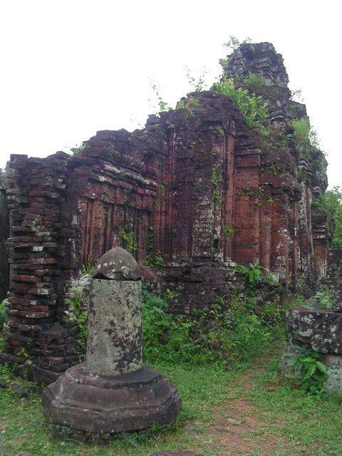 Гигантските фалоси, които са навсякъде из Ми Шон, символизират мощта на Шива. Снимка: Къдринка Къдринова