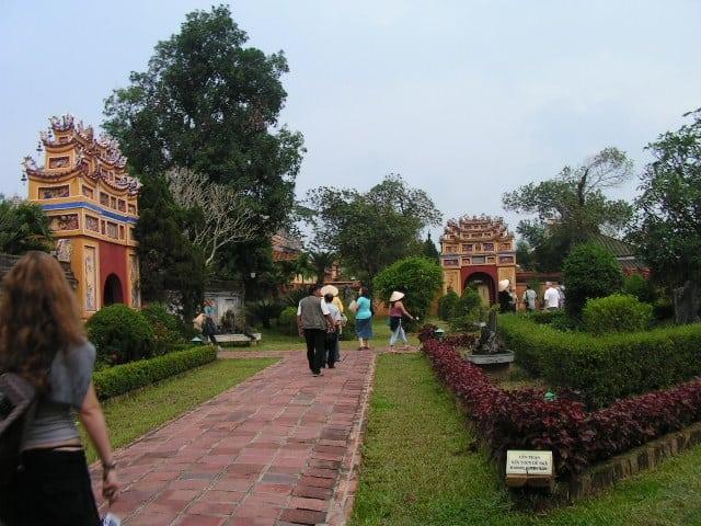 Зелените площи са неразделна част от дворцовия комплекс в Хюе. Снимка: Къдринка Къдринова
