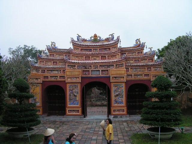 Една от портите в дворцовия комплекс в Хюе. Снимка: Къдринка Къдринова