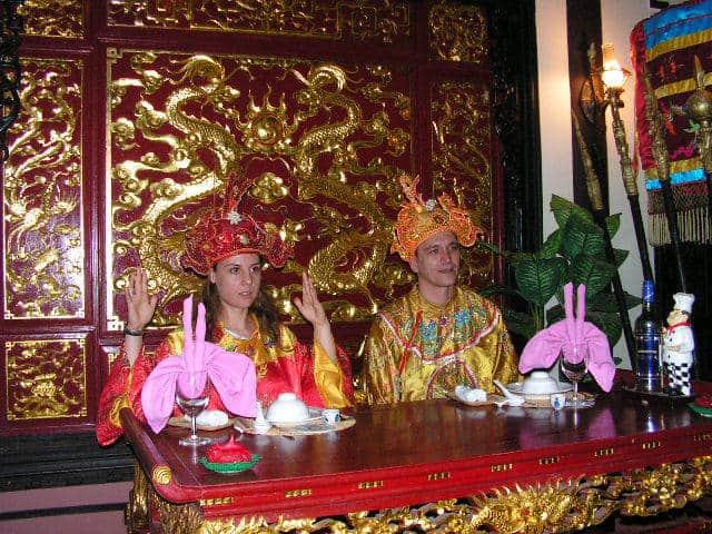 """Гостите на Хюе имат възможност да се насладят и на стилизирана """"императорска вечеря"""" в едно от тематичните заведения на града, като то предоставя и подобаващи костюми. Снимка: Къдринка Къдринова"""